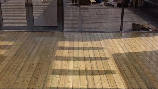 成都防腐木地板厂家告诉你:如何选择合适的防腐木地板!