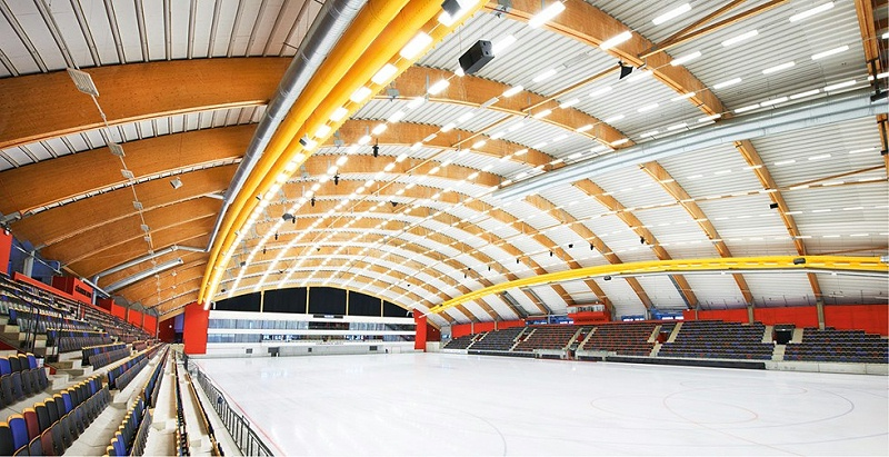 胶合木是最强壮的建筑材料,大跨度的天花板也不需要柱子进行辅助支撑。图中是建于2009年的Sandviken Göransons体育场。