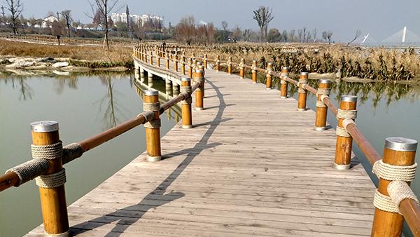 """新弘瑞森丨陕西汉中""""一江两岸""""湿地公园红雪松木栈道项目"""