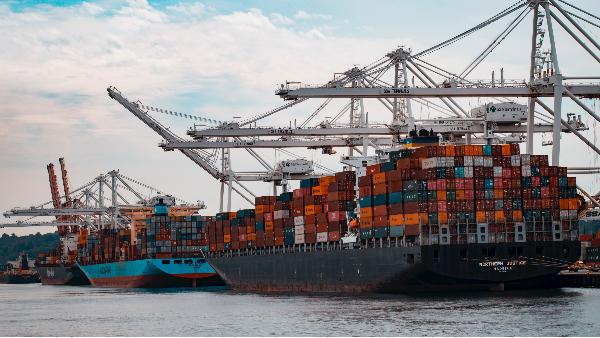 苏伊士运河的道儿是通了,可外贸人的心却堵了。