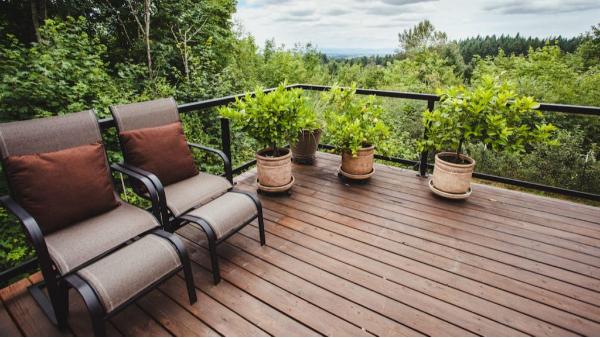 庭院新装的防腐木地板有响声怎么办?